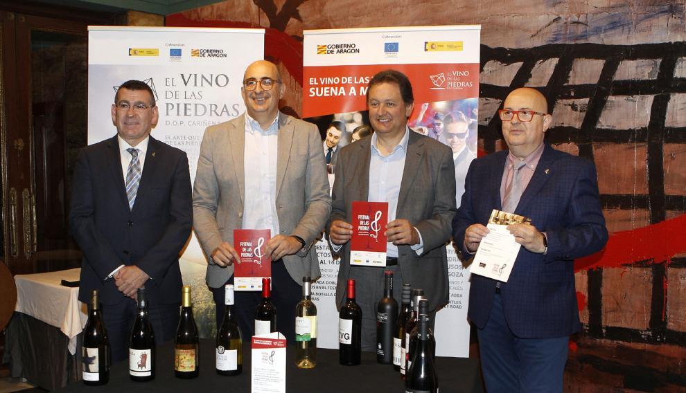 Claudio Herrero, Luis Vaquer, Ignacio Casamijana y José Luis Campos, con los 14 vinos del Festival de las Piedras.