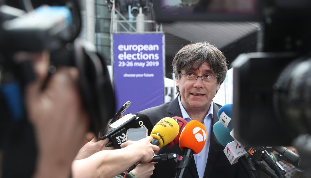 Former Catalan President Carles Puigdemont talks to the media during European Parliament Elections, outside EU Parliament, in Brussels, Belgium May 26, 2019.  REUTERS/Yves Herman [[[REUTERS VOCENTO]]] EU-ELECTION/BELGIUM