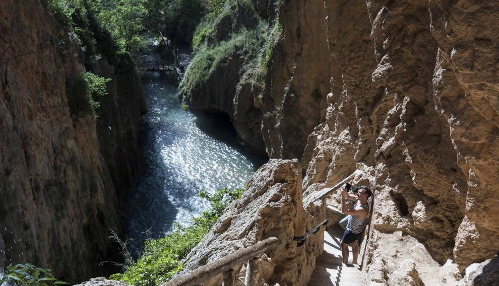 El incuestionable gancho turístico de uno de los lugares más visitados de Aragón (y de España) es compatible con la visita a la localidad que lo alberga, consagrada al sector de servicios.