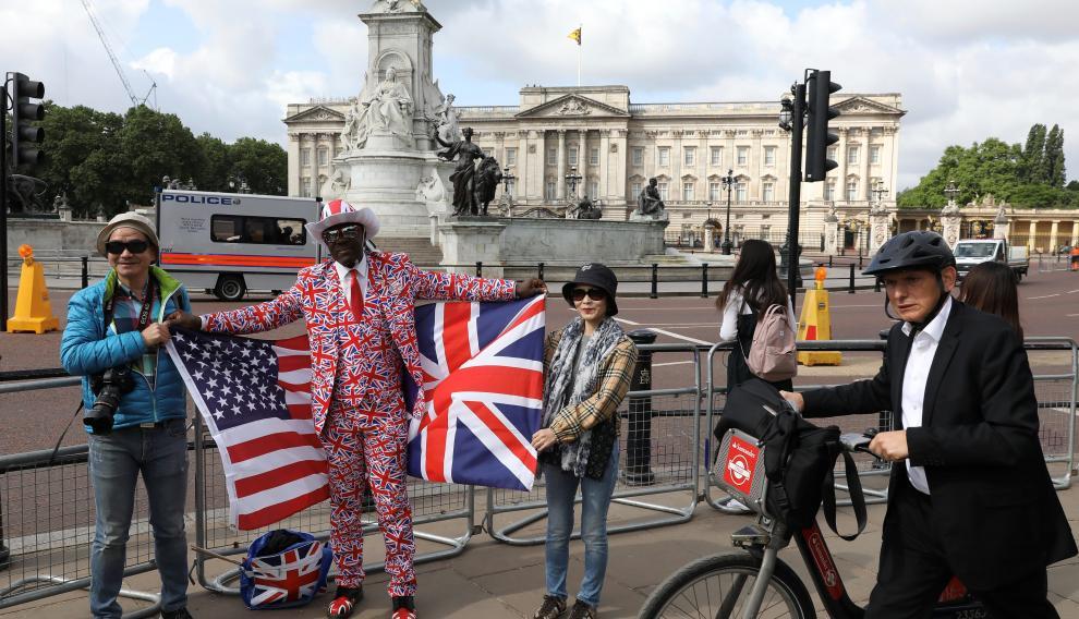 Varios ciudadanos londinenses se concentran con banderas estadounidenses y británicas a la espera de la llegada de Trump al Palacio de Buckingham, en Londres.