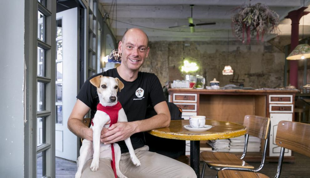 Pablo Muñoz y Pipper, hace unos meses en el Café Doña Hipólita, que desde esta semana prohíbe la entrada de perros.