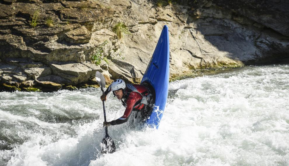 Un curso de kayak nos permitirá tener la técnica para las maniobras más radicales.