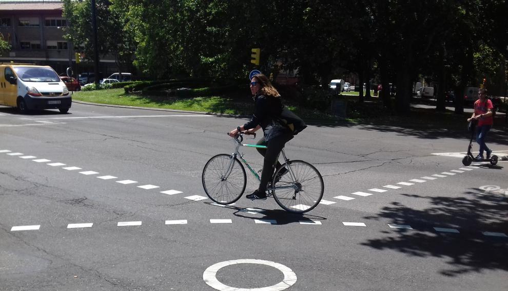 Rotonda para ciclistas en Echegaray con el puente de Hierro.