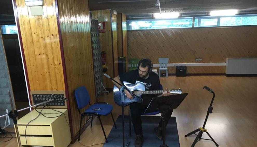 El grupo musical del Sobrarbe termina este fin de semana la grabación de su sexto álbum, 'Bailando entre las ruinas', compuesto por 17 canciones entre las que figura el 'himno' de la 'Revuelta por la España Vaciada'.