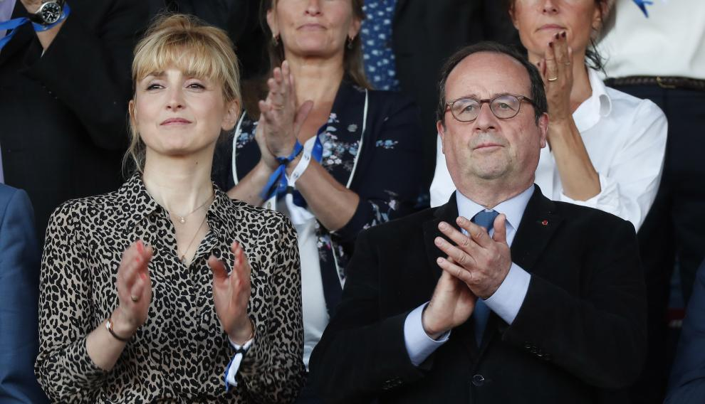 La actriz Julie gayet y el expresidente Hollande, el pasado mayo, en un partido de fútbol