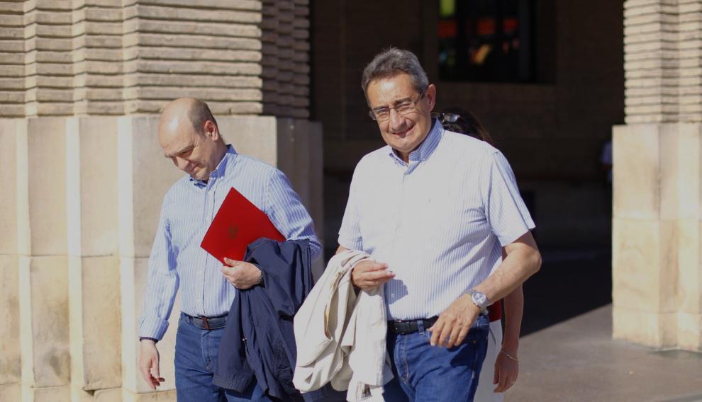 Santiago Morón y Julio Calvo a las puertas del Ayuntamiento de Zaragoza
