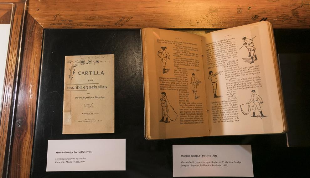 Dos de los libros de la muestra 'Más allá de Costa', en la biblioteca del Paraninfo.