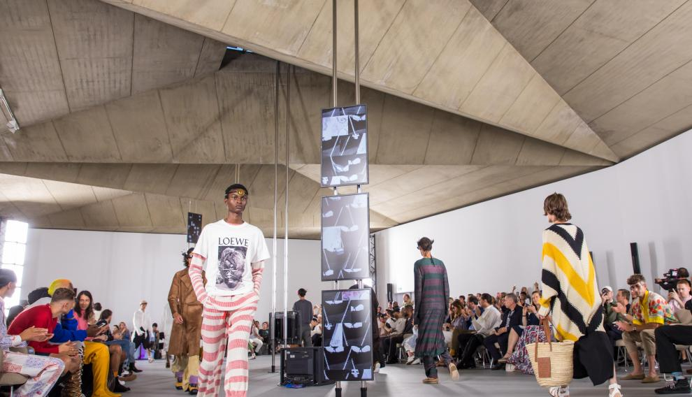 Paris (France), 22/06/2019.- Models present creations from the Spring/Summer 2020 Men's collection by British designer Jonathan Anderson for Loewe during the Paris Fashion Week, in Paris, France, 22 June 2019. The presentation of the Spring/Summer 2020 menswear collections runs from 18 to 23 June. (Moda, Francia) EFE/EPA/CHRISTOPHE PETIT TESSON Loewe - Runway - Paris Men's Fashion Week S/S 2020