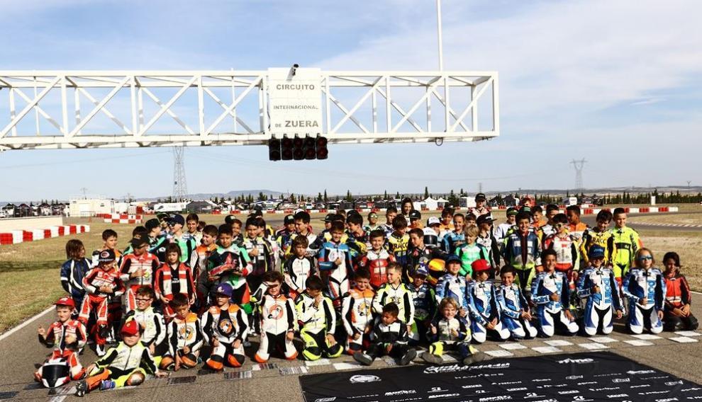 Foto de familia de los participantes de la Copa de España de minivelocidad en el Circuito Internacional de Zuera