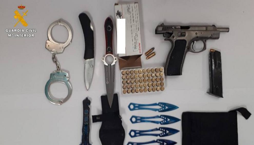 El detenido portaba un riñonera en la que llevaba una pistola cargada, munición y otras armas blancas.