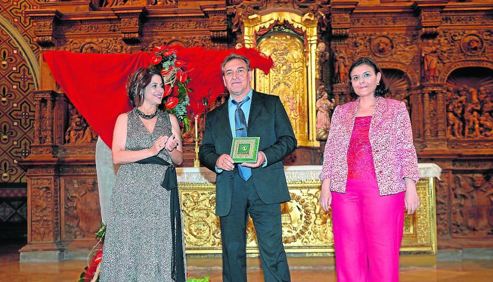 La alcaldesa, Emma Buj, con los representantes de Interpeñas, Toni Rodríguez y Pilar Balén.