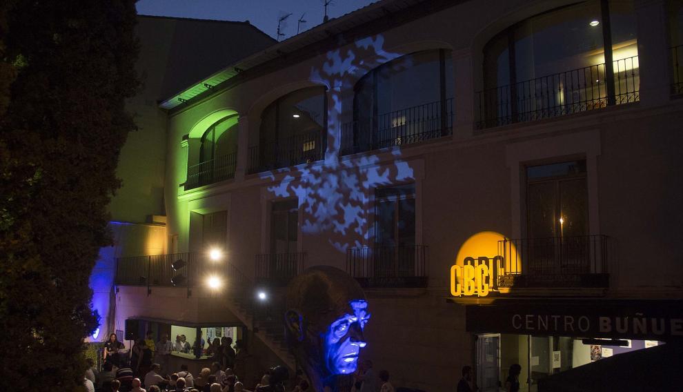 Proyección nocturna, en el patio del Centro Buñuel de Calanda