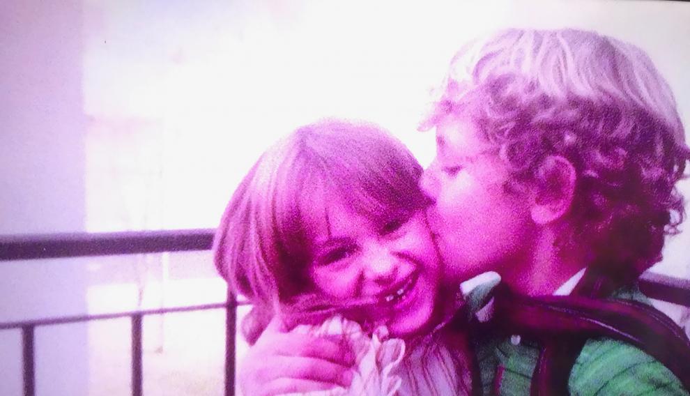 David, el dado del grupo, besa a una jovencísima Paulina Rubio, de la que se enamoró