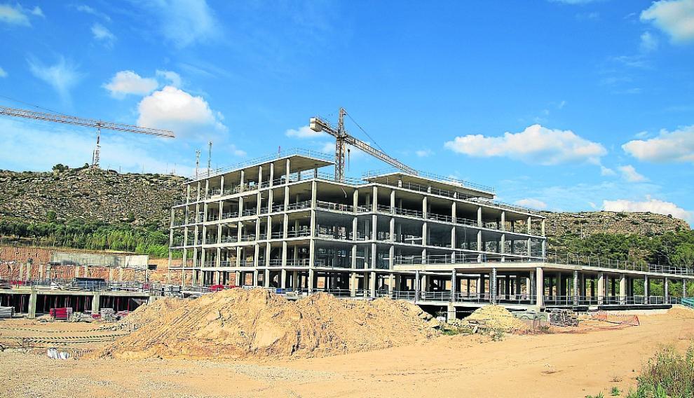 La construcción del hospital de Alcañiz se adjudicó en septiembre de 2017 y su  estructura se terminó hace meses,pero las obras continúan avanzando al ralentí.