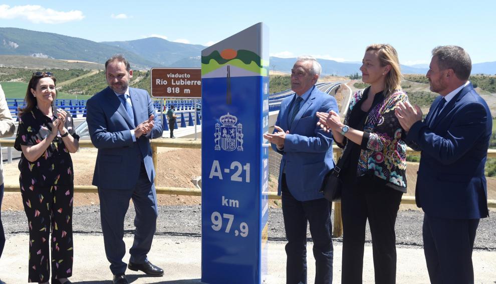 Ábalos, acompañado del resto de dirigentes políticos aragoneses, en el tramo de la A-21 abierto este jueves, en Huesca.