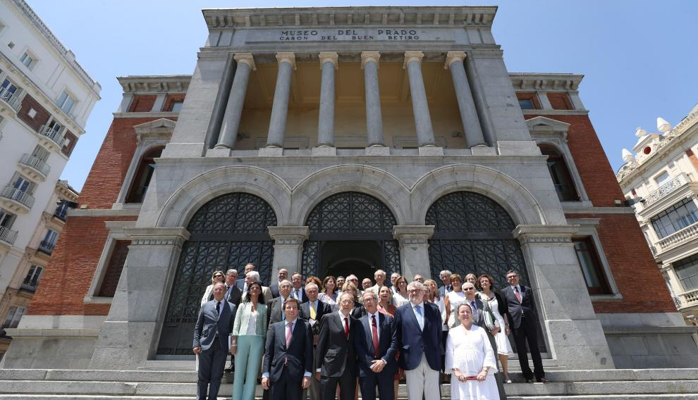 Fotografía de familia de los miembros del Real Patronato del Museo del Prado, en Madrid.