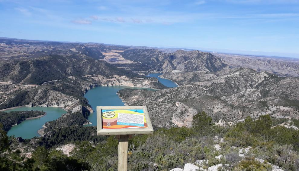 Mesa interpretativa en lo alto de La Tarayola, desde donde se ve el pantano de Calanda.