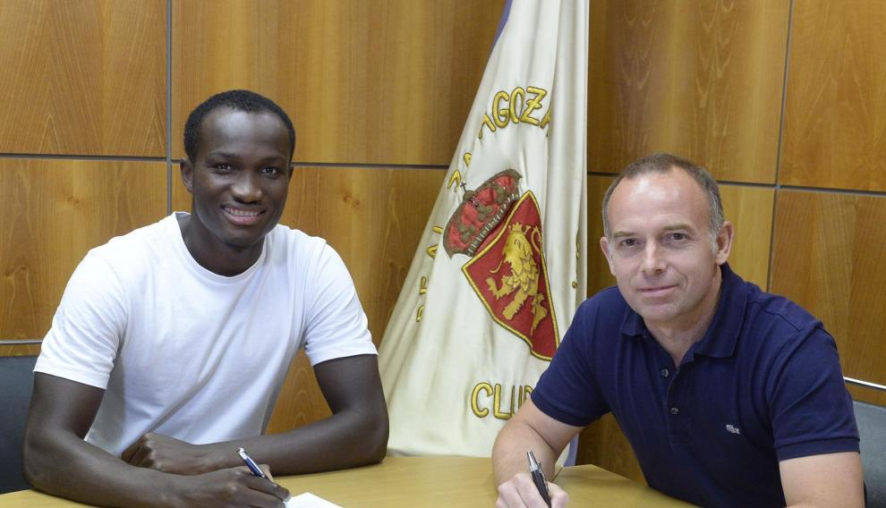 Christian Lapetra y Raphael Dwamena durante la firma del contrato con el Real Zaragoza.