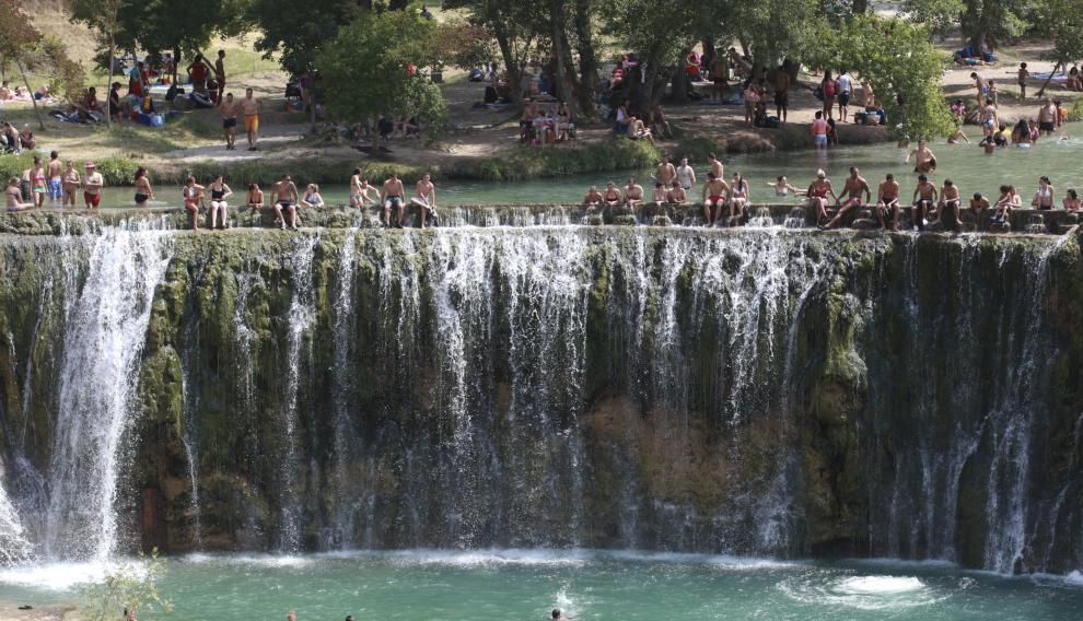 Bañistas en el Salto de Bierge, uno de los más concurridos, que tiene controlada la visita.