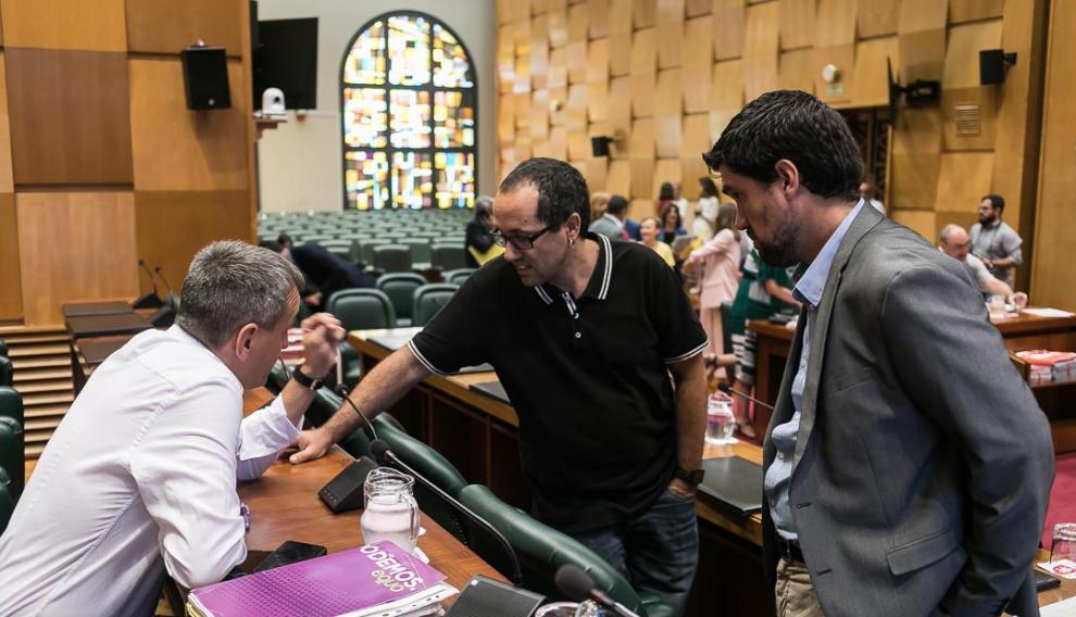 Fernando Rivarés (Podemos-Equo), Alberto Cubero (ZEC) y Horacio Royo (PSOE), en la comisión de Hacienda de este lunes.