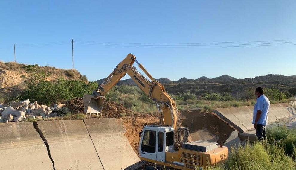 Una de las palas que trabaja en el tramo dañado del canal