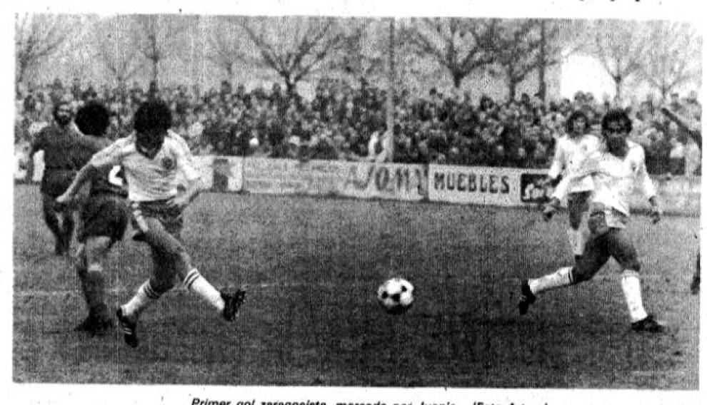 Momento en el que Juanjo, a pase de Barrachina, anotó el 0-1 en el partido Calahorra-Real Zaragoza de Copa en 1979 en el campo de La Planilla. La foto ilustró la crónica de HERALDO DE ARAGÓN sobre aquel partido.