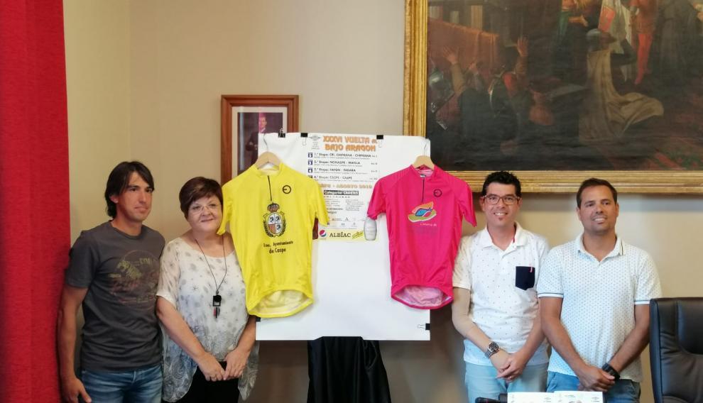 Presentación de la XXXVI Vuelta Internacional al Bajo Aragón, con los maillots de la prueba