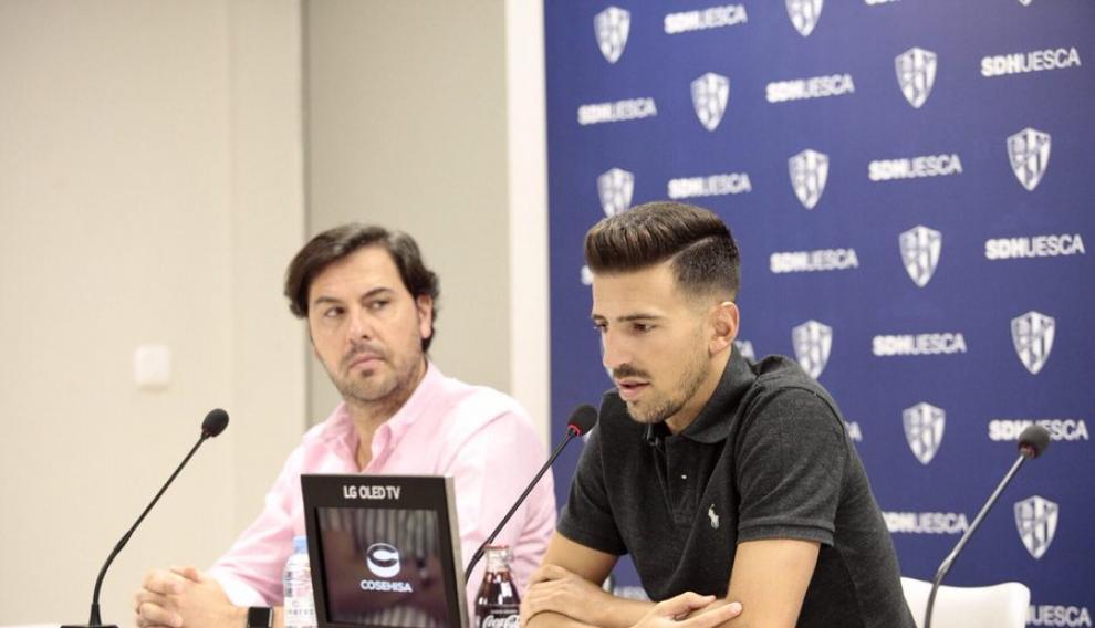 Juan Carlos Real, junto al director deportivo Rubén García, en su presentación.