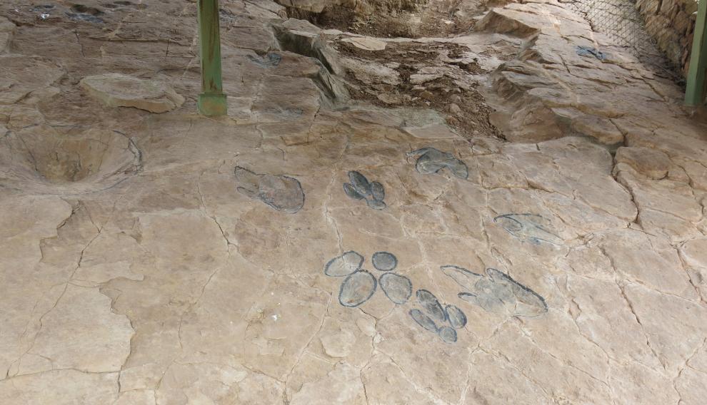 Huellas de dinosaurio remarcadas para su mejor identificación, en el yacimiento de Corrales del Pelejón, en Galve.
