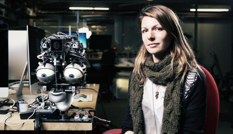 Kate Darling investiga la interacción entre seres humanos y robots. Asegura que tenemos una tendencia general a humanizar a seres no vivos que nos rodean o con los que habitualmente interactuamos.