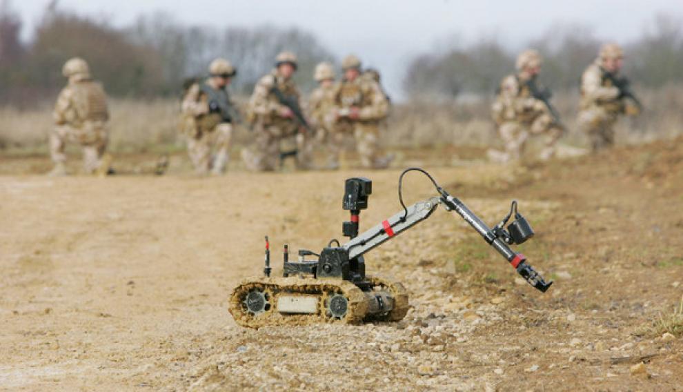 Las guerras en Afganistán e Iraq se han convertido en un estudio de campo sin precedentes en las relaciones humanas con estos seres artificiales. En la foto, robot de desactivación de bombas antes de dirigirse a Afganistán.