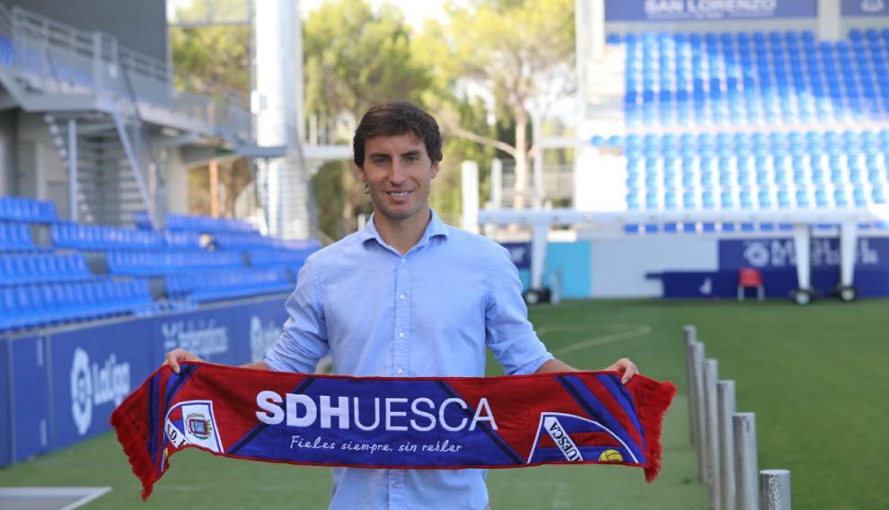 Pedro Mosquera sostiene la bufanda azulgrana en el estadio tras su presentación.
