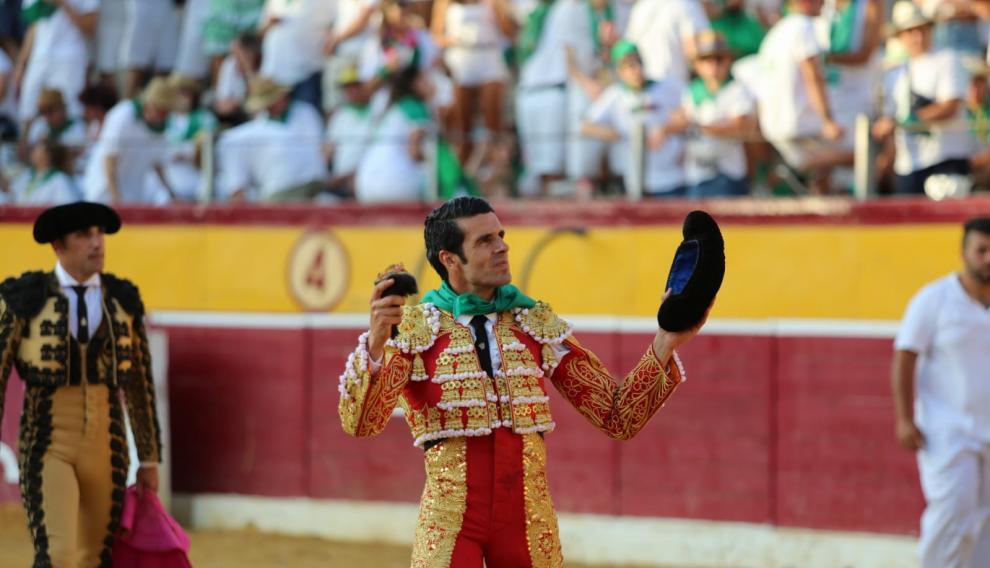 Emilio de Justo, con la oreja al segundo.