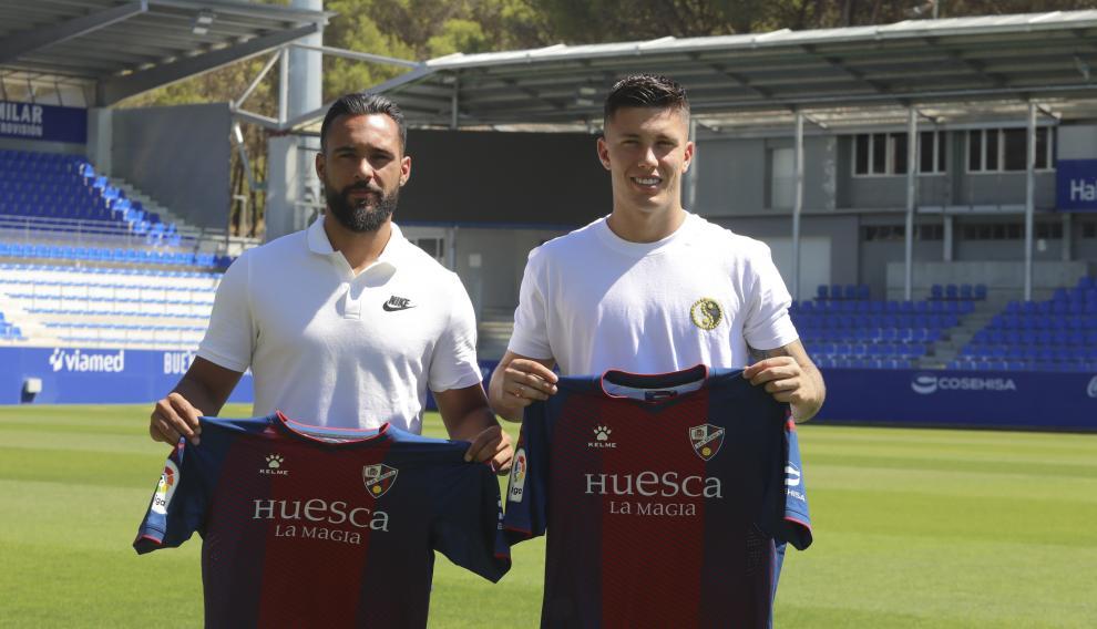 Ivi López y Cristo González, con las camisetas de la SD Huesca.