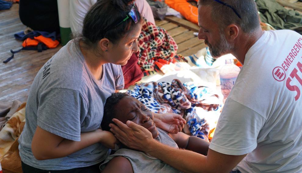 Dos sanitarios atienden a uno de los inmigrantes del Open Arms
