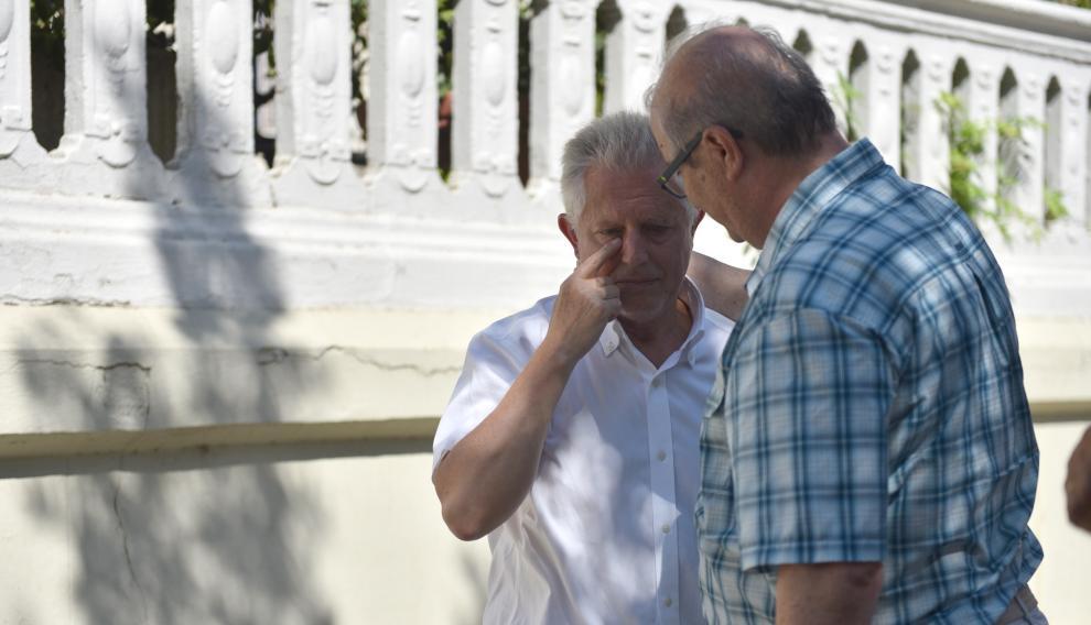 El teniente de alcalde, José María Romance, da el pésame al padre del fallecido.
