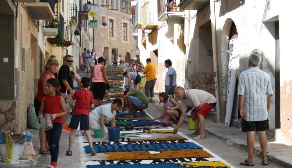 Las calles se cubren con coloridas alfombras realizadas por los habitantes de la localidad