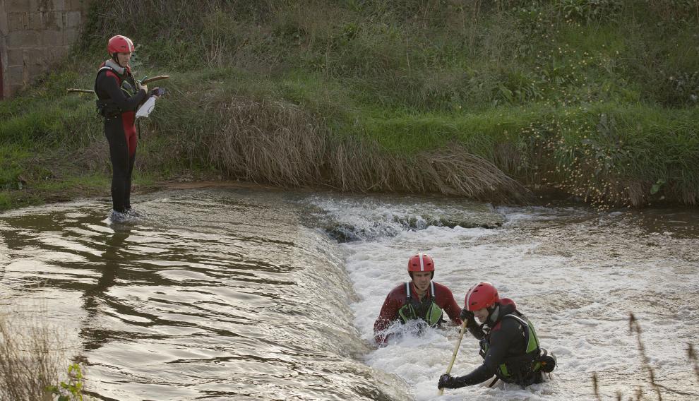 Las tareas de búsqueda suelen incluir también la revisión de ríos, canales, acequias... En la imagen, bomberos de la Diputación de Zaragoza buscando a una persona desaparecida en la localidad zaragozana de Maluenda.