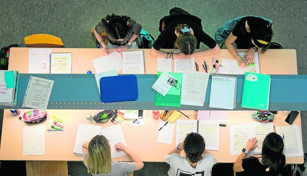 Estudiantes en la Biblioteca María Moliner en el campus de San Francisco de la Universidad de Zaragoza.