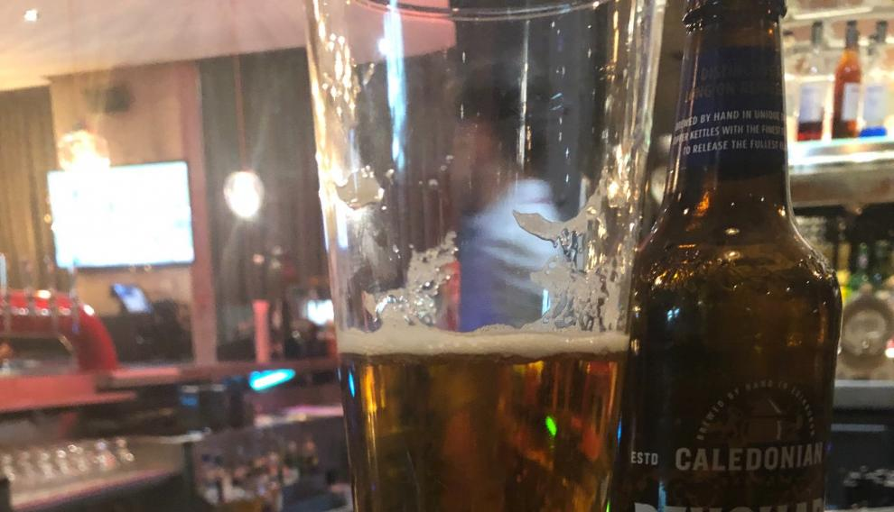 Un periodista australiano paga por error en un hotel de Mánchester 61.000 euros por una cerveza.
