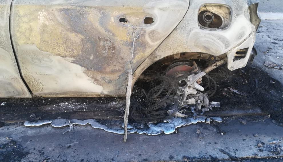 Llantas derretidas del Mercedes que se ha visto afectado por el incendio de dos coches en la calle Alemania de Cuarte de Huerva.