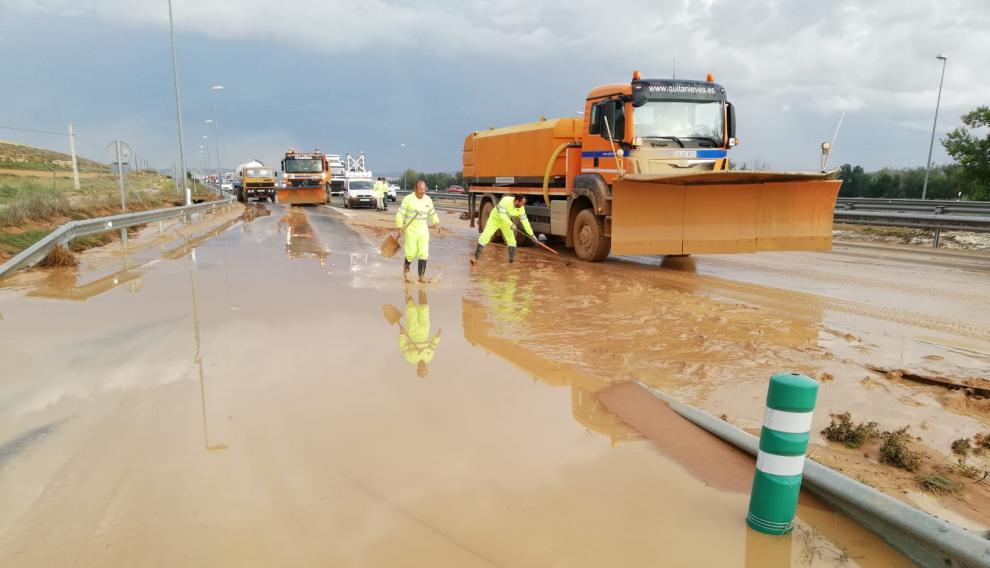 Las máquinas trabajan para retirar el agua y el lodo de la calzada en la A2.