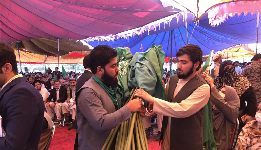 Reparto de banderas verdes, el color del islam.