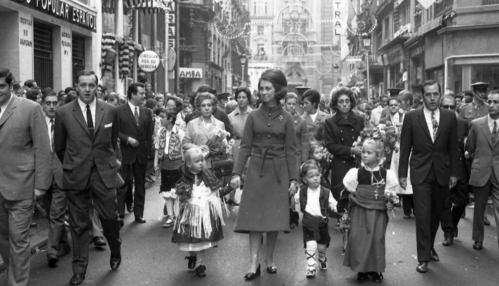 La reina Doña Sofía, con las infantas Elena y Cristina, y el Príncipe Felipe, de niños, en la Ofrenda de Flores de las Fiestas del Pilar de Zaragoza en 1970