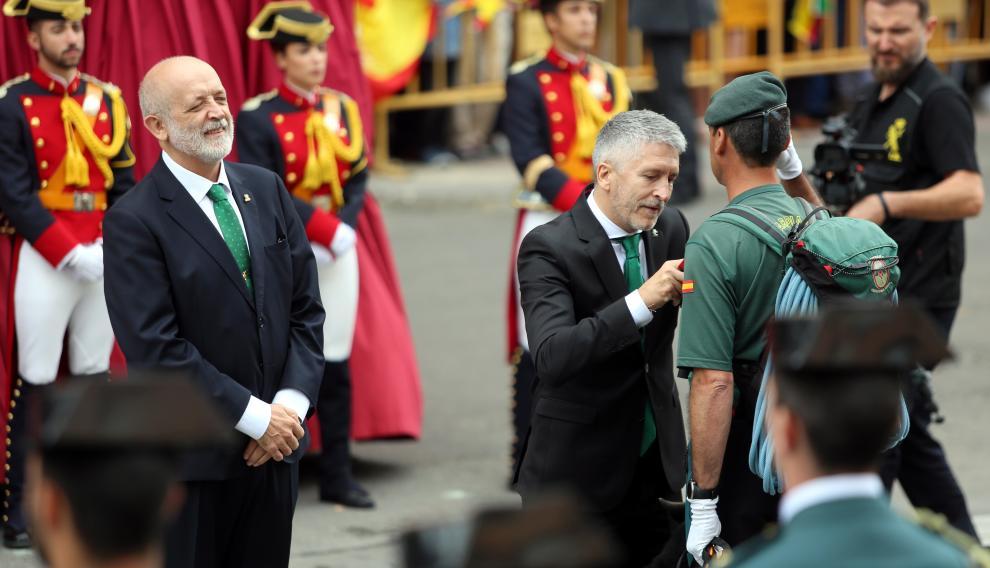 El ministro del Interior en funciones, imponiéndole la cruz con distintivo rojo al cabo primero Sergio Orna.