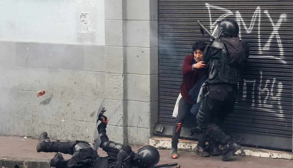 A riot police officer falls down while detaining a demonstrator during a protest against Ecuador's President Lenin Moreno's austerity measures, in Quito, Ecuador, October 8, 2019. REUTERS/Carlos Garcia Rawlins [[[REUTERS VOCENTO]]] ECUADOR-PROTESTS/