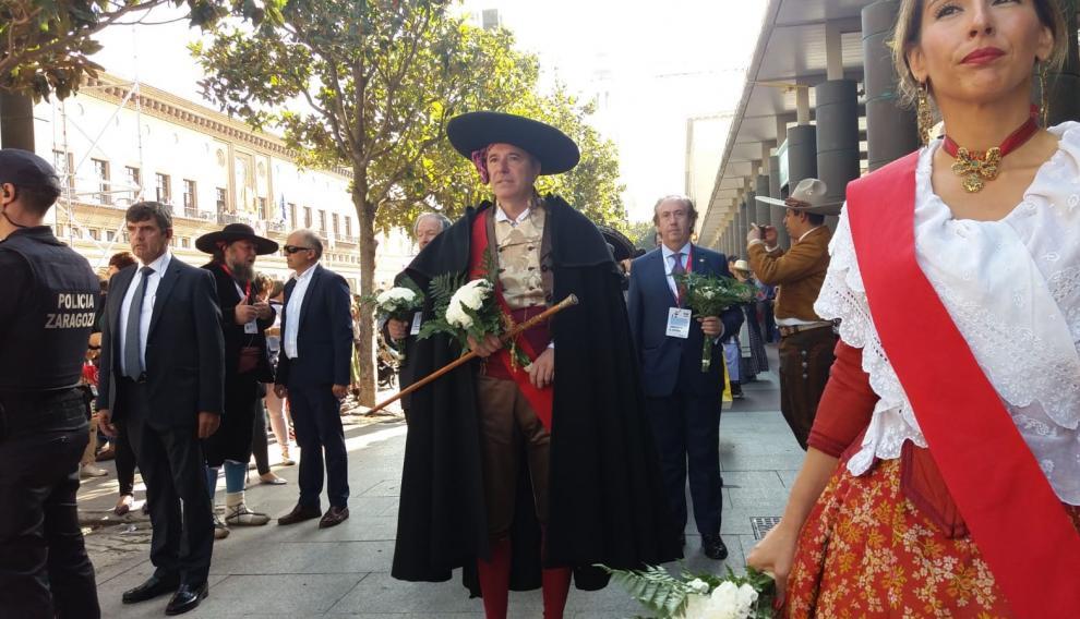Jorge Azcón, alcalde de Zaragoza, participando en la Ofrenda de Flores a la Virgen del Pilar