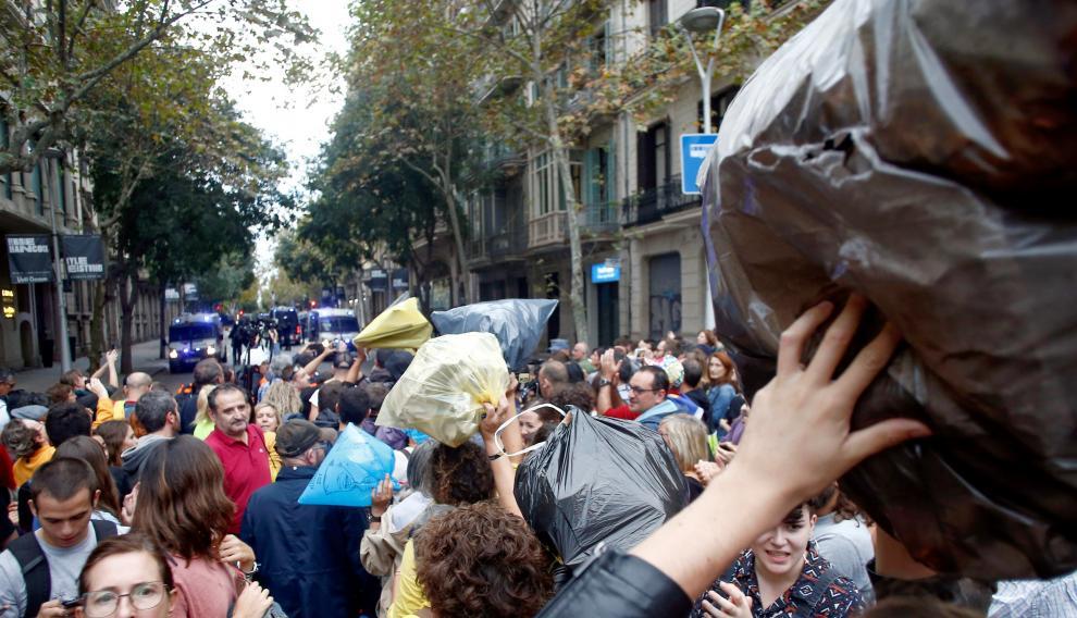 Gente tirando bolsas de basura en las calles de Barcelona