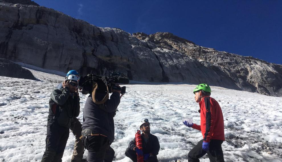 Los investigadores en el glaciar a principios de octubre. Los acompañó un equipo del programa Informe Semanal de TVE.