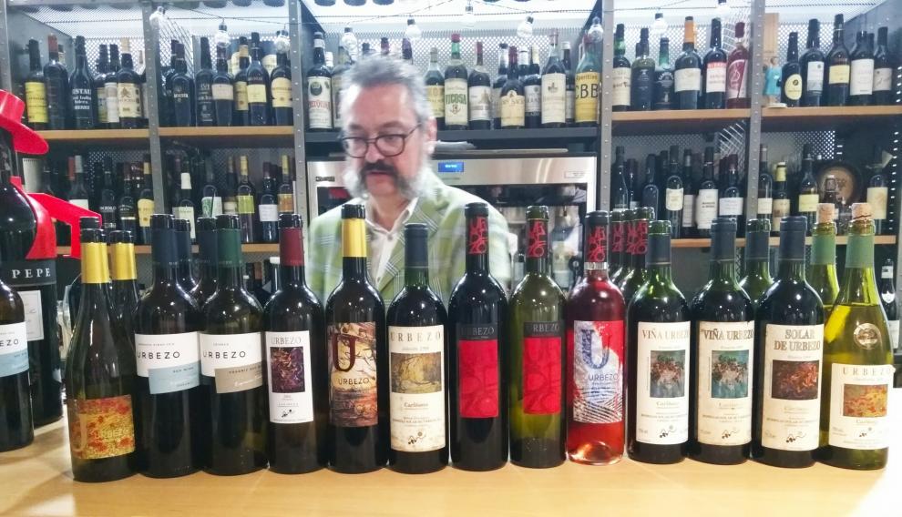 Jesús Solanas, con los vinos de Solar de Urbezo que se degustaron en la cena.